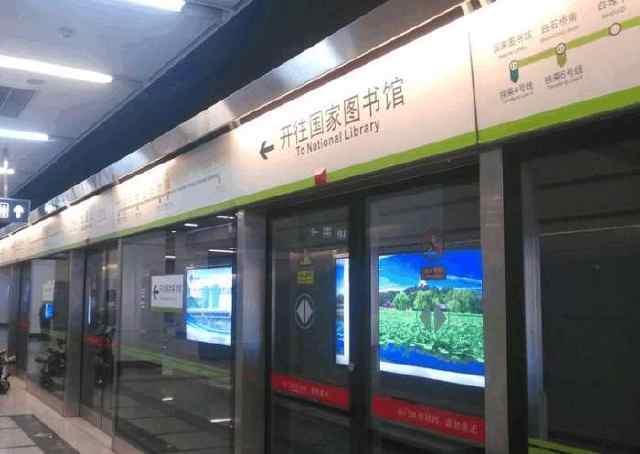 中国许多城市在早晨的高峰时间都很拥挤 无论是在公共