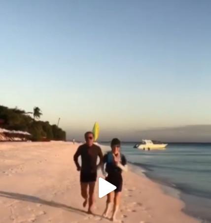 李冰冰74岁父亲跑步视频曝光,紧身衣太阳镜,李冰冰都自叹不如!