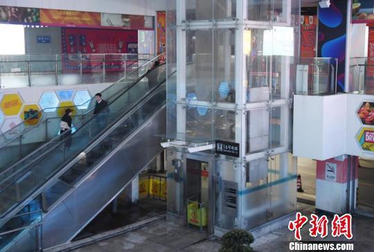 杭州东站枢纽西区G层待改造区未开封区域16号电梯冒烟