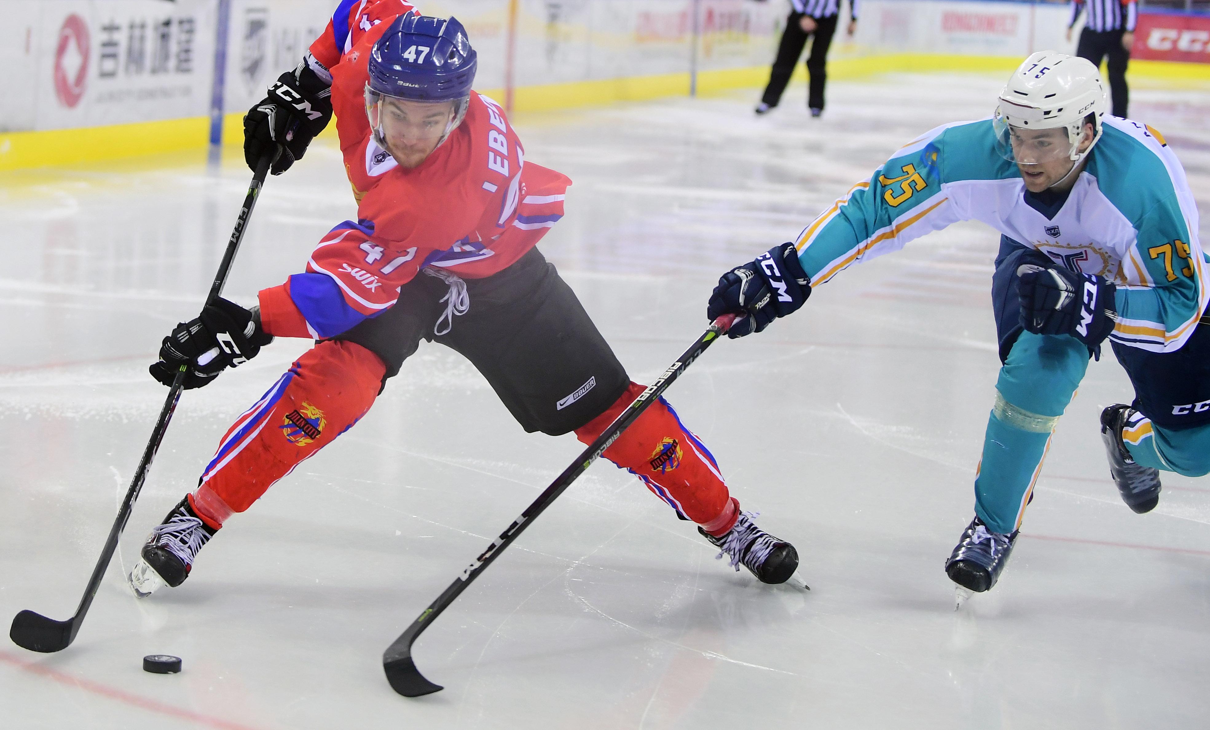 2月23日,吉林市城投队球员叶戈尔(左)在比赛中进攻.图片