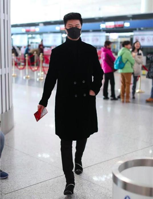 范冰冰68岁父亲现身机场像超模,网友直呼比李晨还帅_范丞丞