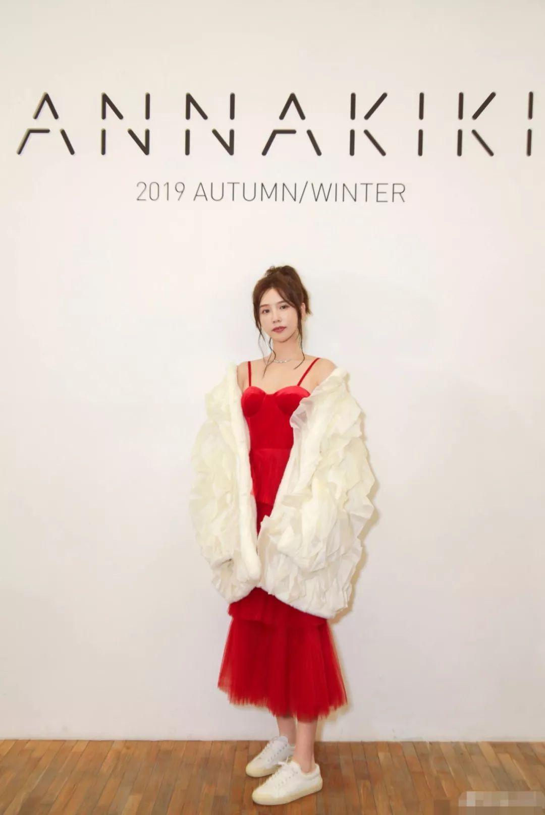 施予斐红白玫瑰着装很优雅,却让脚上小?#20180;?#31967;蹋了,?#37145;?#22899;人味!