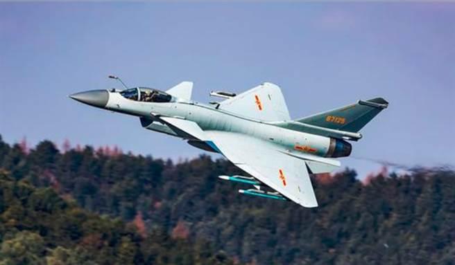 印度空军飞行表演队的两名鹰派教练在印度南部一个空军基地的飞行训练中坠毁(图文)