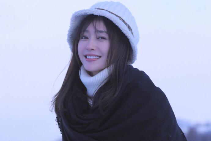 女艺人秦岚冬日雪地清雅意境写真