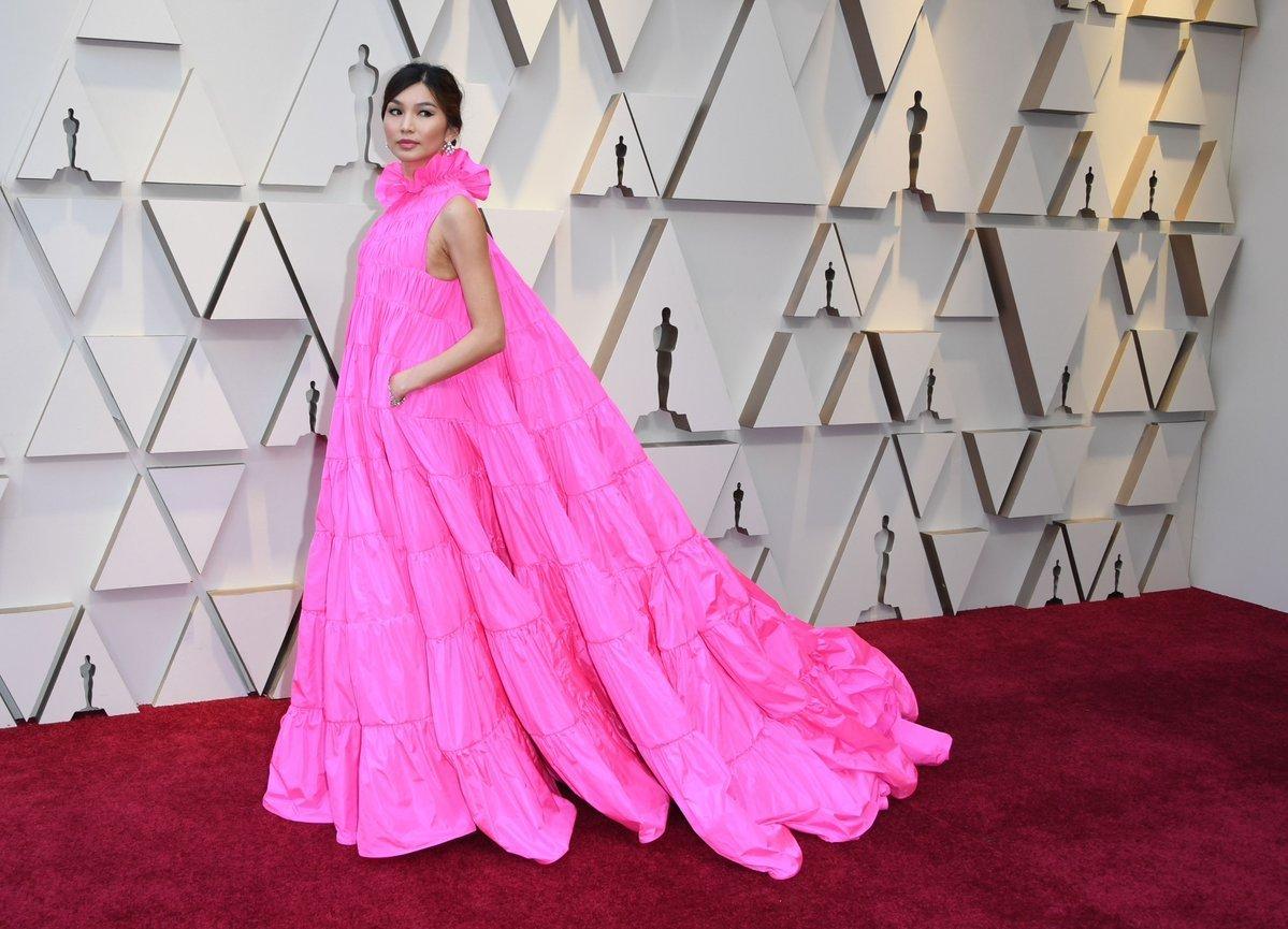 华裔女神嘉玛陈亮相红毯,身高1米8,亮色礼服神似床单_设计