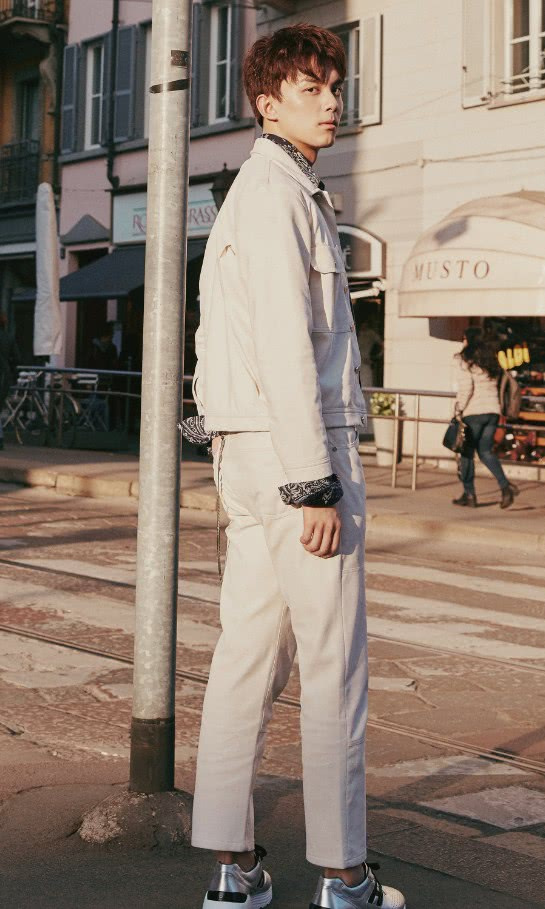 """182cm吴磊也穿""""外增高"""",鞋跟竟比脚还粗?这高度服气了!"""