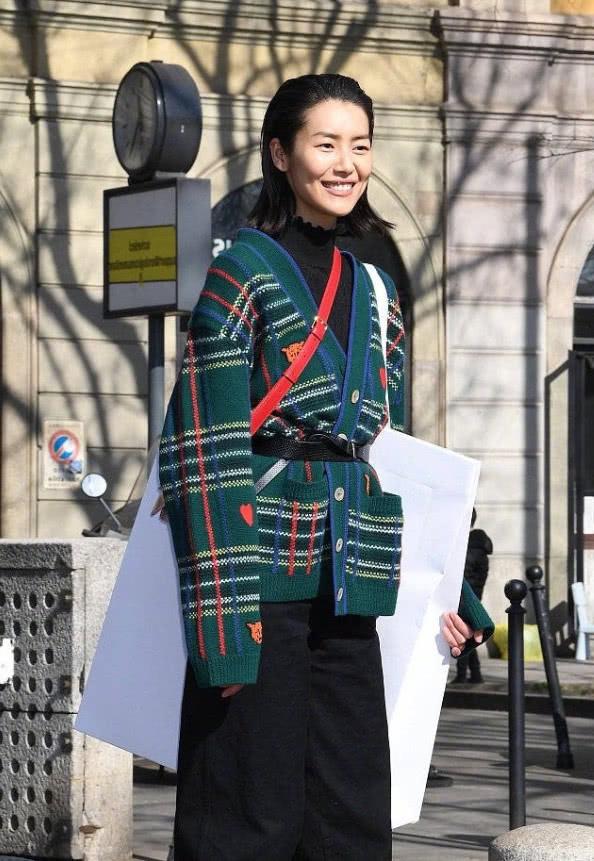 刘雯的时尚看不懂穿绿毛衣配红包还挎一个能装人的大纸袋!