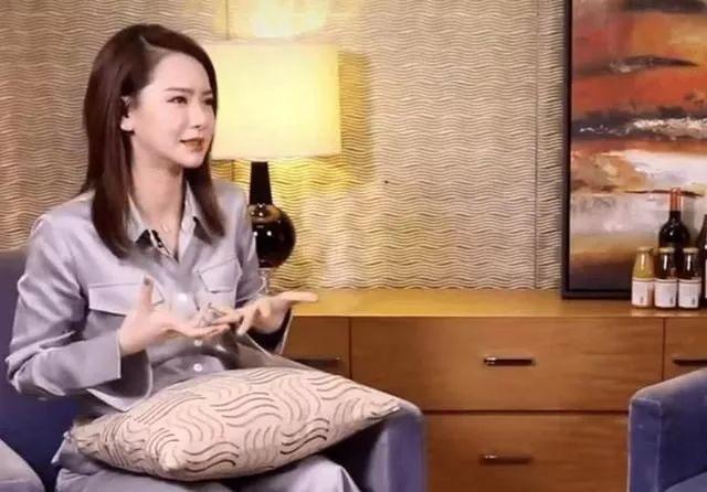 """戚?#36125;?#30561;衣""""接受采访,网友:李承铉你不出来管管?"""