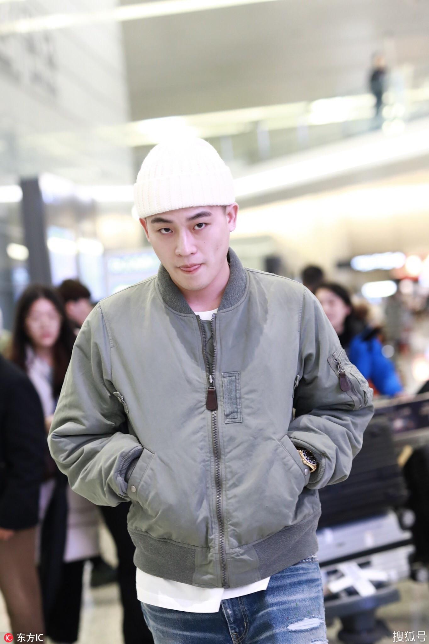 2019年2月27日,北京,欧豪现身机场。 当天,他军绿色飞行员外套+白TEE+破洞牛仔裤+白色针织帽。 戴着白帽的欧豪秒变小和尚,呆萌可爱。 一路上,欧豪表情百变,仿佛行走的表情包。 一会儿吐舌卖萌。 一会儿展现轻蔑微笑杀。 低头的欧豪眉头紧皱。 欧豪还回头比V。他一直给人的感觉都是痞帅痞帅的,你喜欢这款类型吗?
