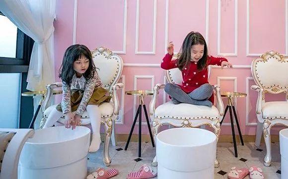 5岁的小女孩开始涂口红,韩国美妆低龄化会不会过了头?