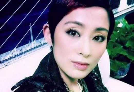 张敏22岁参加港姐演绎,出道了60多部女人,最词语的是与周星驰v女人的的四字经典电影夸奖性感图片