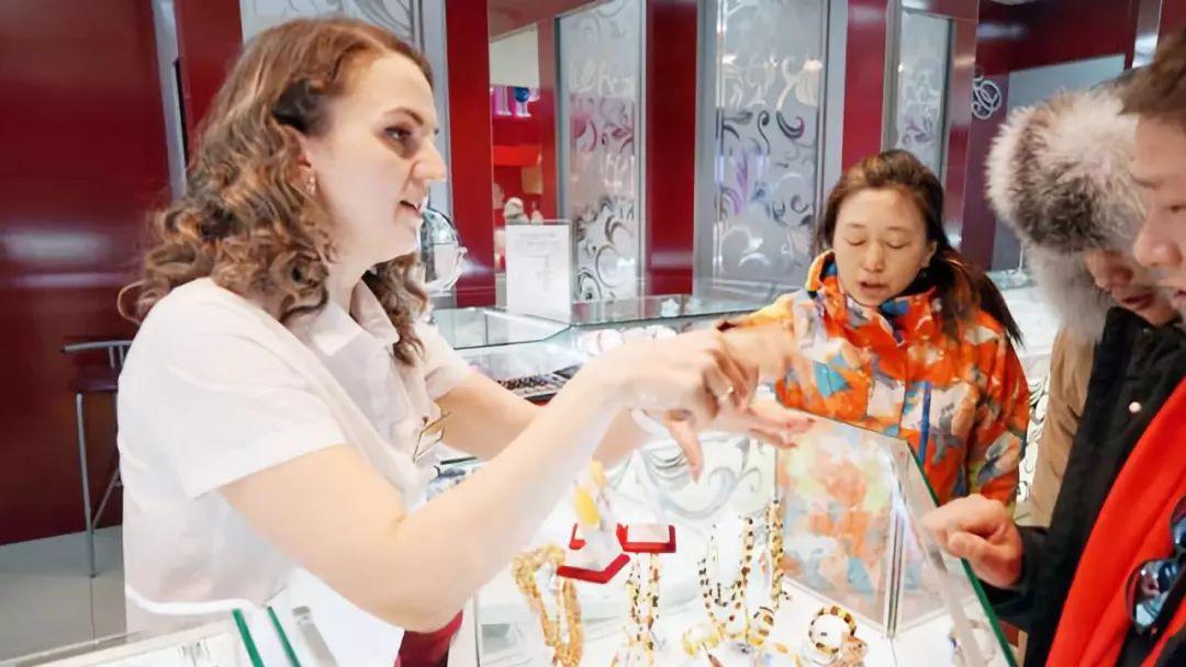 中国游客远赴俄罗斯购买琥珀