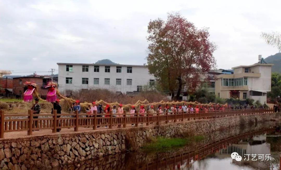 游走在乡村的童年记忆:彭坊稻草龙