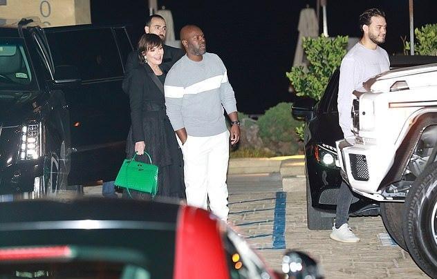 金卡戴珊紧身牛仔look勾勒105斤好身材,和老公拥抱亲吻罕见撒糖(图8)