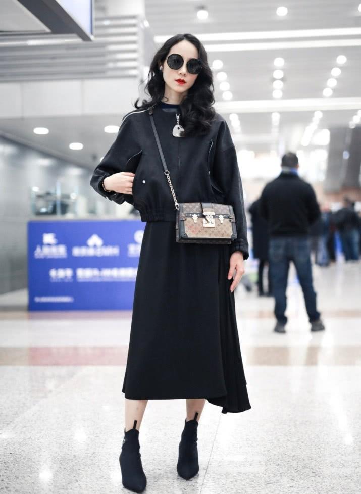韩雪全黑造型亮相机场,当看到她笑的时候,网友沸腾了:我可以!