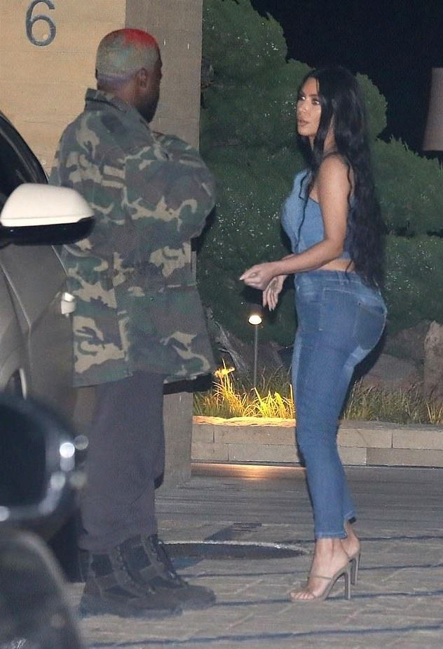 金卡戴珊紧身牛仔look勾勒105斤好身材,和老公拥抱亲吻罕见撒糖(图3)