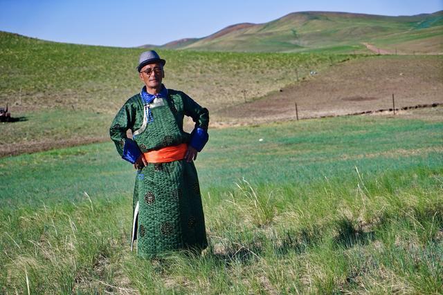 這位內蒙古老藝術家,在草原上一邊放牧,一邊唱長調贊美生活