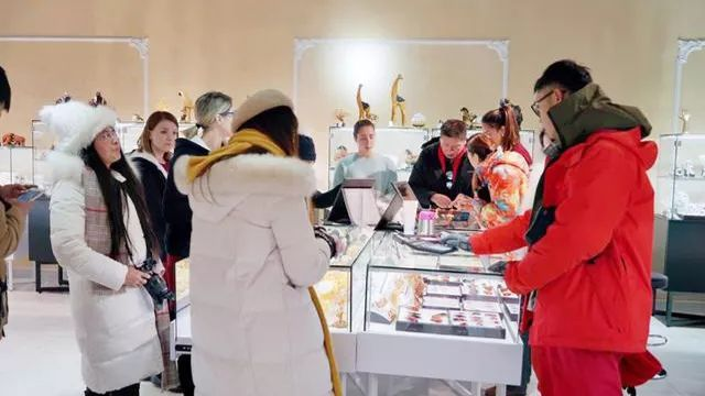 游客在俄罗斯购买琥珀