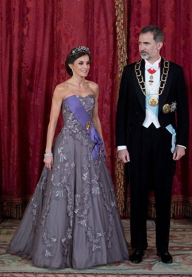 原創             西班牙王后穿衣比梅根都大膽!黑色收腰皮裙吸睛,46歲竟有嬰兒肌