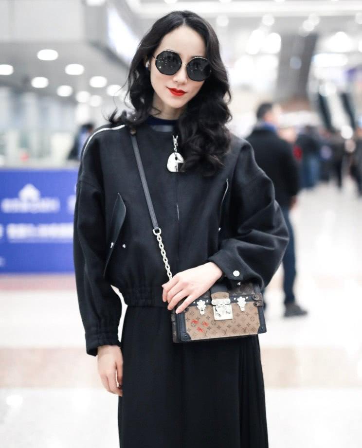 韓雪全黑造型亮相機場,當看到她笑的時候,網友沸騰了:我可以!