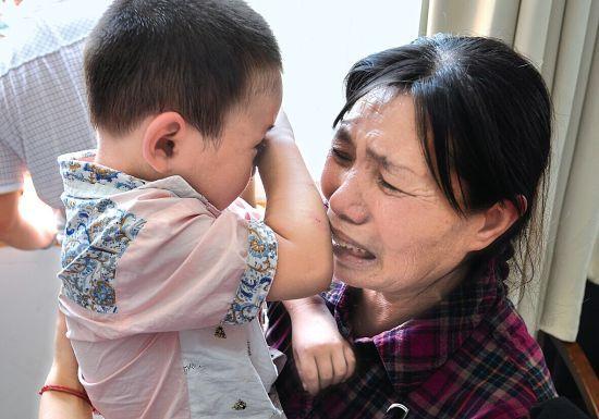 4岁男孩上学不起床,掀开被子,母亲脸色苍白,奶奶自扇耳光