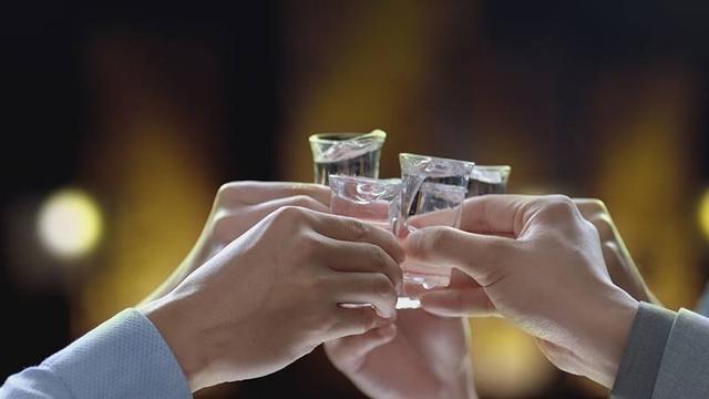 喝白酒是喝高度好还是低度好?想喝白酒不伤身,3件小事要做到