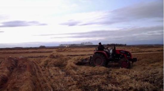 五大连池市农户抓紧水稻秸秆离田准备春耕