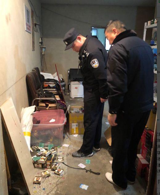 """六安警方在小区查获大量赌博作弊工具,现场还抓获十几个""""买家""""…"""