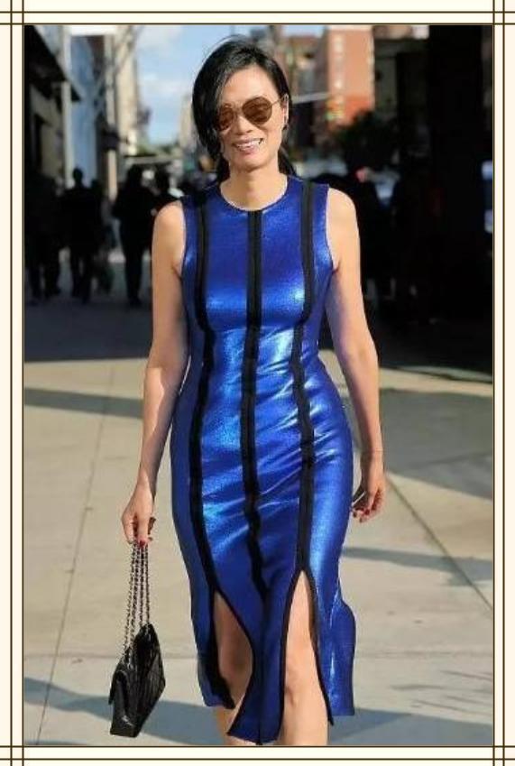 邓文迪不服老!50岁挑战紧身裙,不仅显老10岁,还穿出了水桶腰!