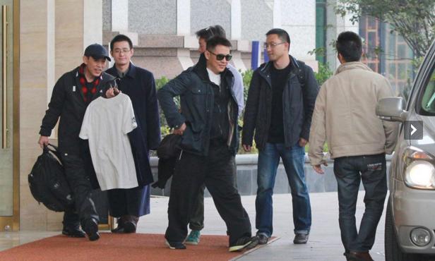 功夫巨星李连杰二哥被曝因病离世,生前曾长期住老家破房惹争议