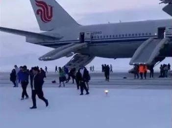 国航航班紧急备降俄罗斯,危险面前,男人们都很男人!_乘客