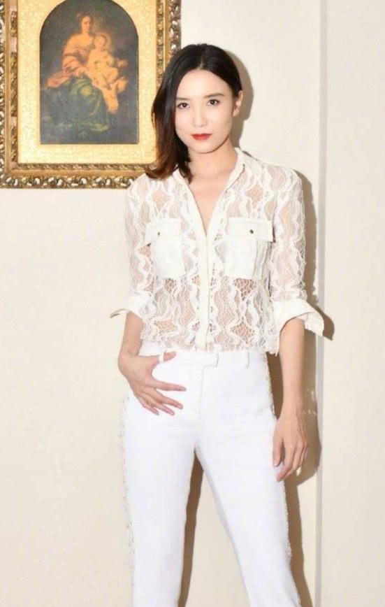 """在宋佳面前,白衬衫真是太弱了,她穿""""芝士""""衬衫都能气场全开!"""