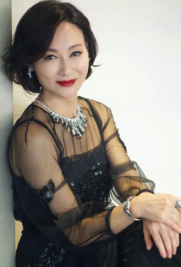 惠英红老得很优雅,怎么穿都美,但是脖子上项链太扎人,看着心疼
