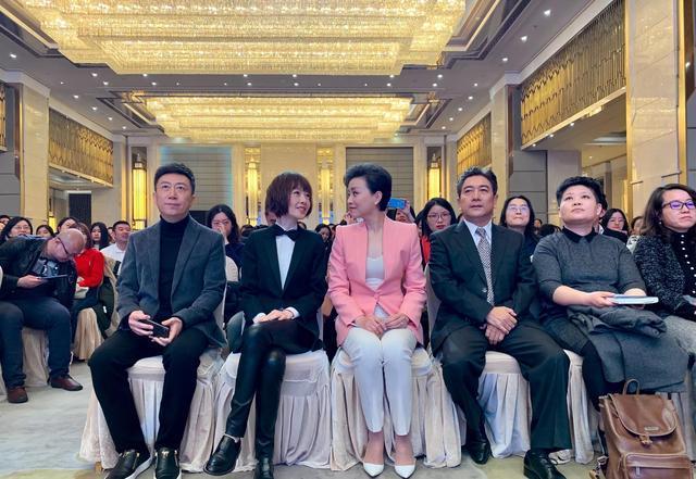 当50岁杨澜同框48岁鲁豫,一个优雅大气一个拼命扮嫩,你站谁?