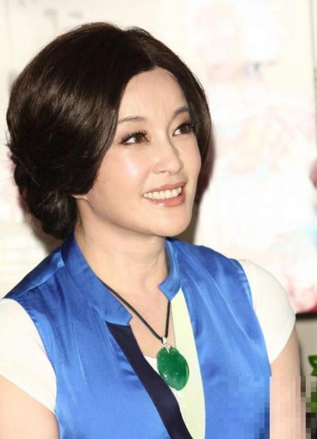 63岁刘晓庆拍照露美腿,穿搭似少女,胸口珠宝抢镜!