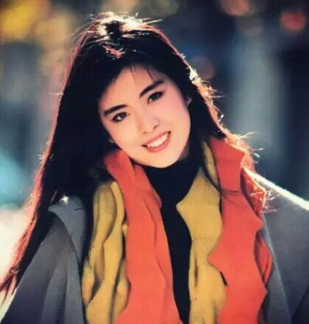 王祖贤现身寺院礼佛、气质出众,退出娱乐圈的她或早已看破红尘