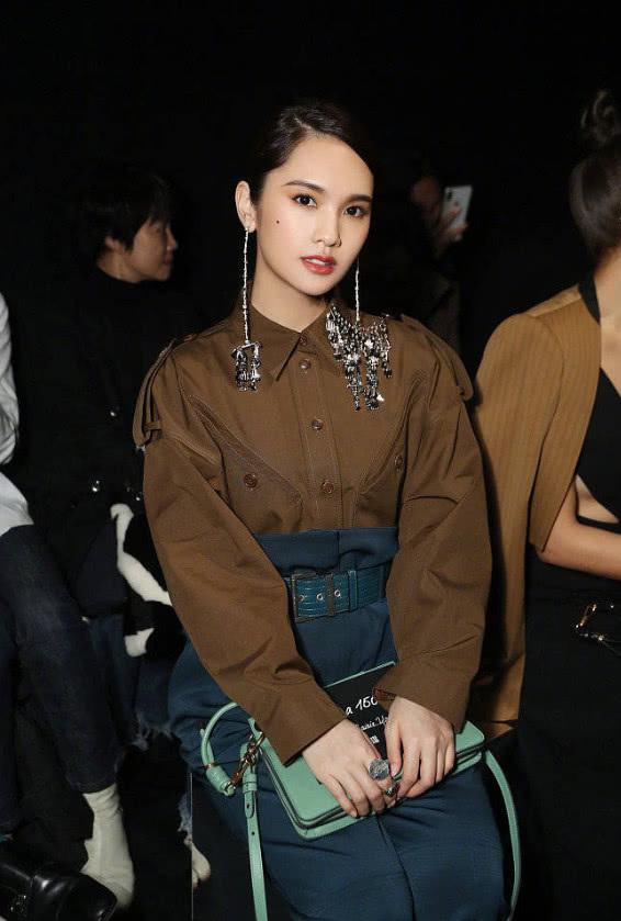 杨丞琳真牛,戴着20公分长、10公分宽的耳环,还能保持平衡?