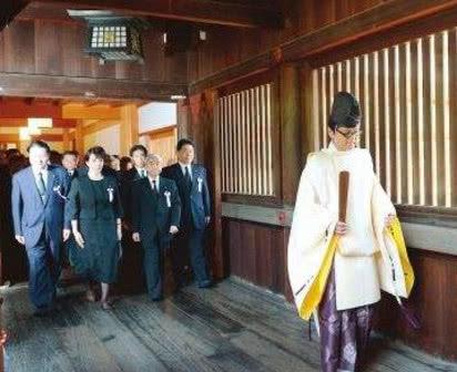 旧日火烧靖国神社的男子怎么样了?出狱归国背面上众了4个大字