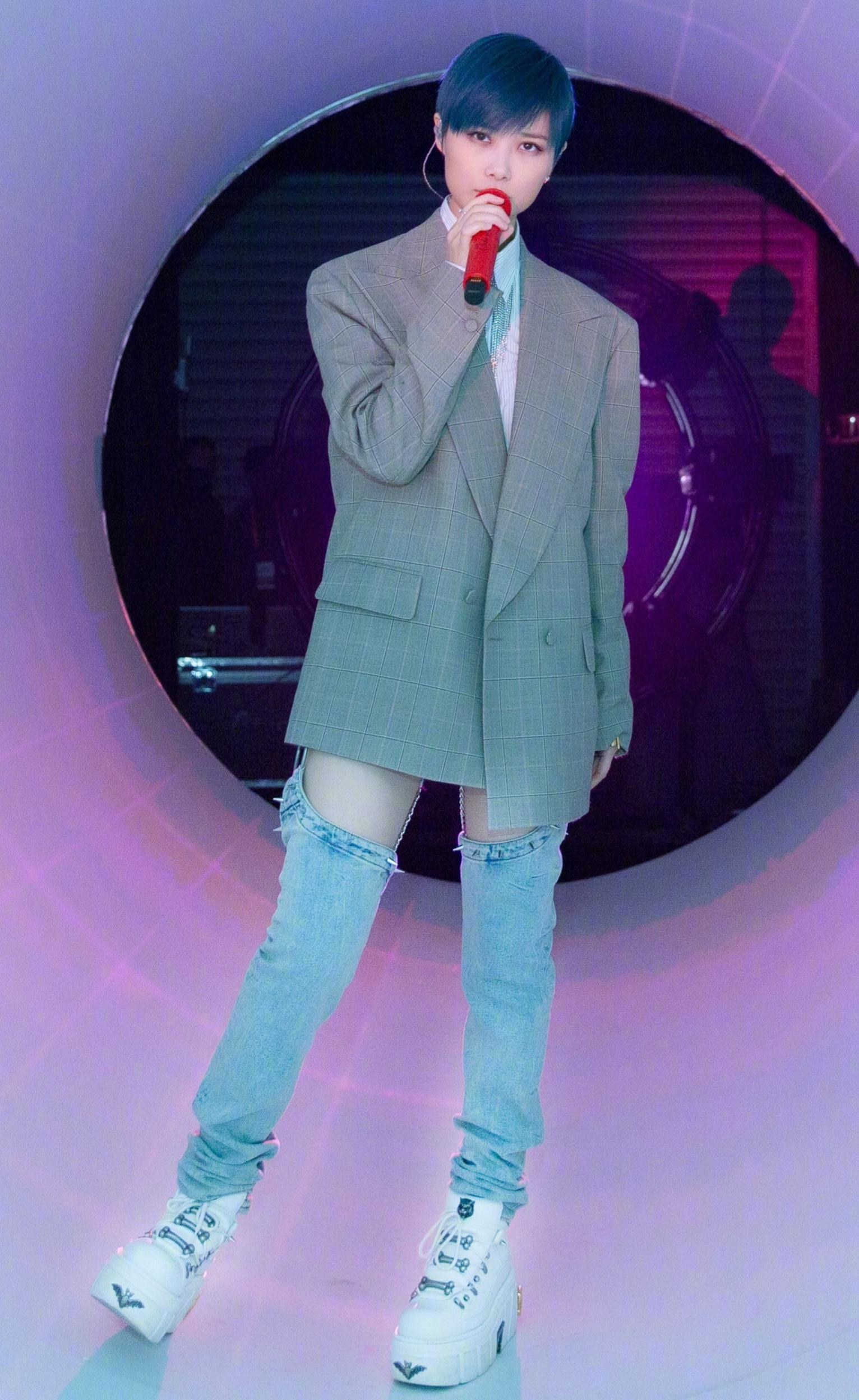 真没想到李宇春那么瘦,裤子要用挂钩挂起来,这样才不会往下掉!
