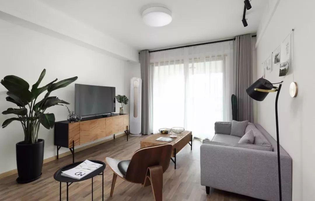 简洁大方的木饰板,配合木色与灰色,同样适合简约大方的北欧风客厅.图片