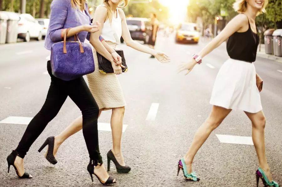 女性穿高跟鞋易诱发脊椎病图片