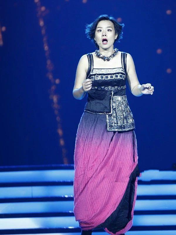 琳娜老师一条蓝裙好优雅,素颜出街忽高忽低穿