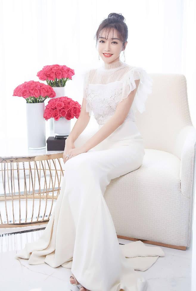 长裙究竟能有多仙,秦岚37岁的颜不修图,仅凭发型就被美到!