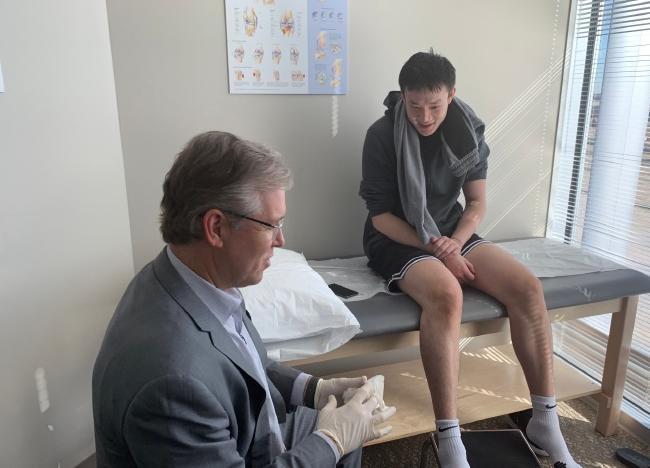 丁彦雨航最新照:膝盖完全康复举杠铃练腿库里训练师教有球训练