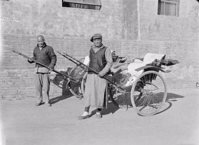 1924-1927兩個洋車夫和他們拉的洋車.