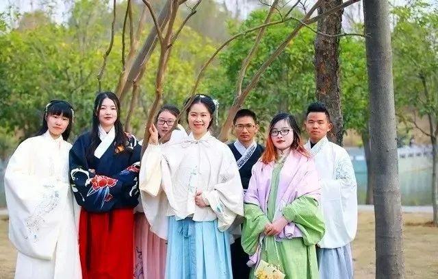 中国汉服汉文化网:随州某公园发生的一幕,惊艳了所有人的朋友圈…