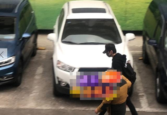 冯绍峰当爸爸之后首现身,被媒体怼在脸上拍照,还送对方礼物?