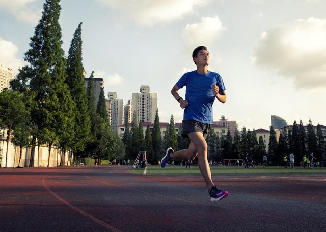 跑步是挑战一个男人对目标勇往直前果份决心,耐力同速度_草地 体育新闻 第3张