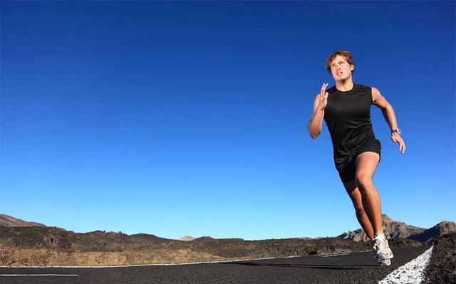 跑步是挑战一个男人对目标勇往直前果份决心,耐力同速度_草地 体育新闻 第2张