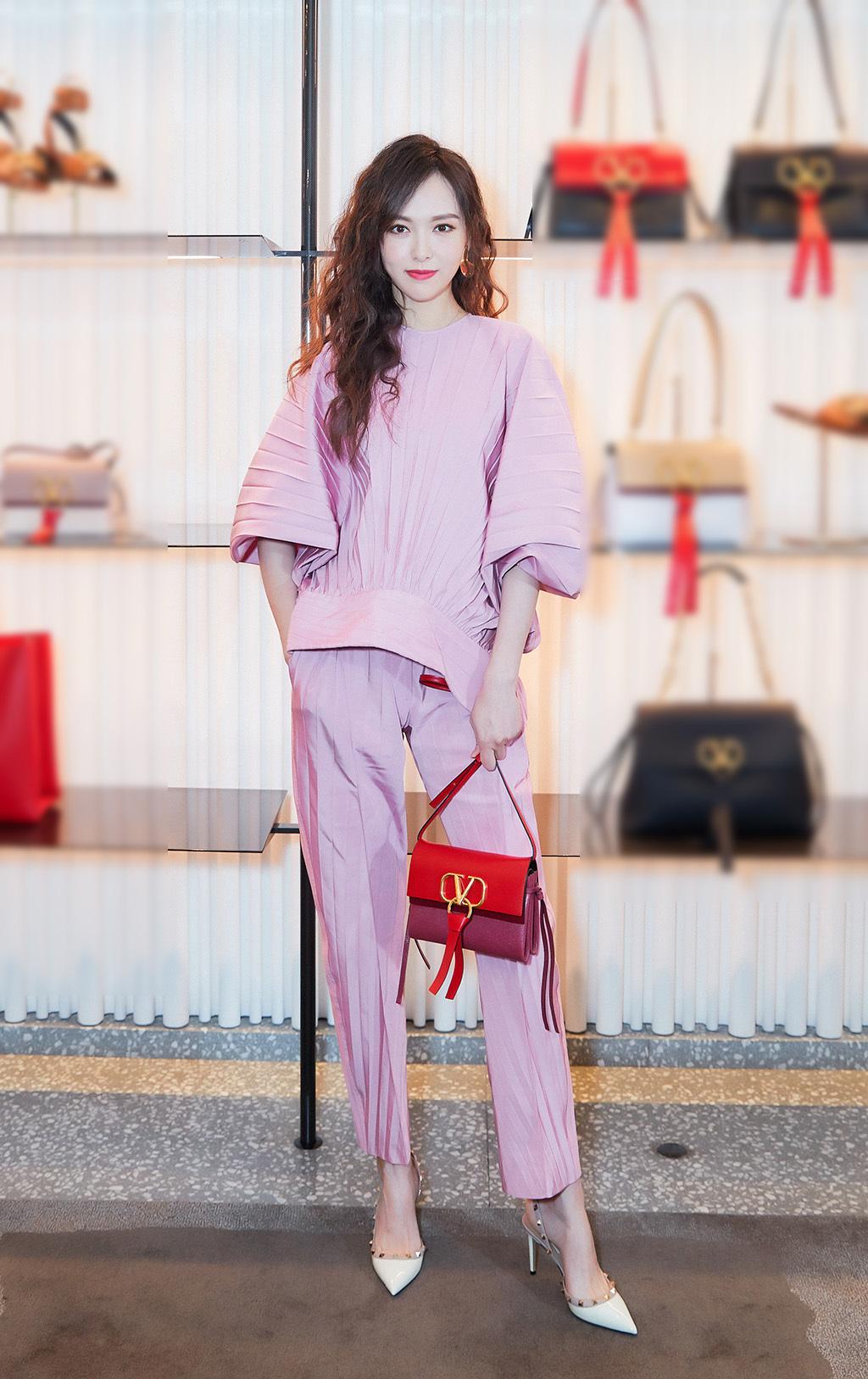 唐嫣穿衣风格很任性,卷发配粉衣,皱巴巴衣服也能穿出女神范!_粉色 时尚生活 第10张